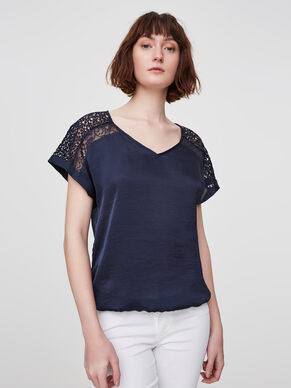 DETAILED SHORT SLEEVED TOP