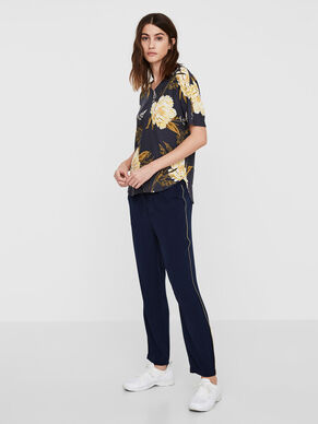 FEMININE ANKLE TROUSERS
