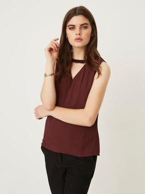 DETAILED SLEEVELESS TOP